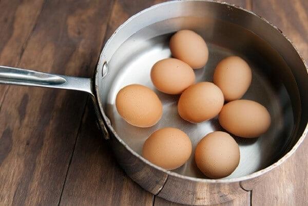 Chuẩn bị luộc trứng