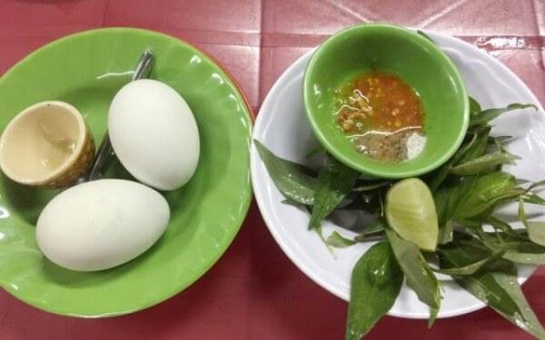 Trứng vịt lộn ăn kèm rau răm mới ngon bạn nhé