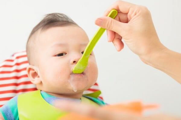 Các bạn nên cho trẻ ăn dặm cháo dinh dưỡng từ 2-3 bữa/ ngày.