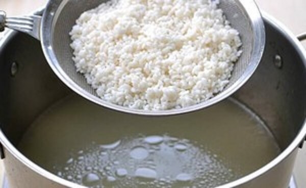 Cách nấu cháo gà ngon – đổ gạo vào nước luộc gà để nấu cháo