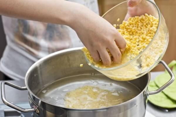Cho đậu xanh vào nồi nấu khoảng 40 phút