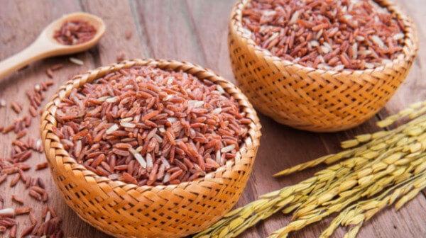 Gạo lứt: 150 gram - 2 <strong>cách nấu cơm gạo lứt</strong> huyết rồng giảm cân bằng nồi cơm điện hoặc nồi áp suất nhanh mềm