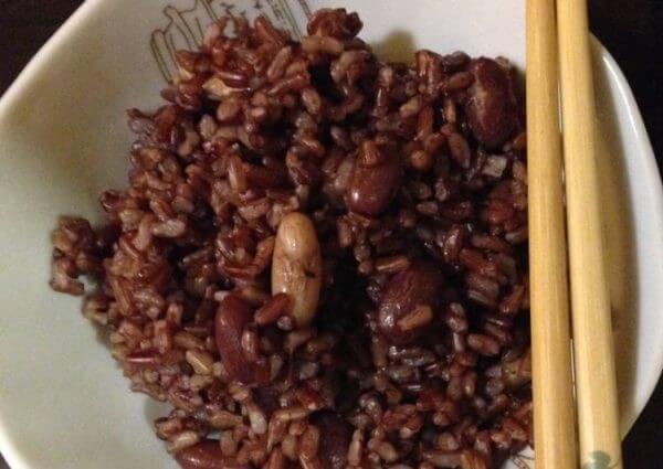 Cơm gạo lứt đậu đỏ hạt sen - cach nau com gao lut