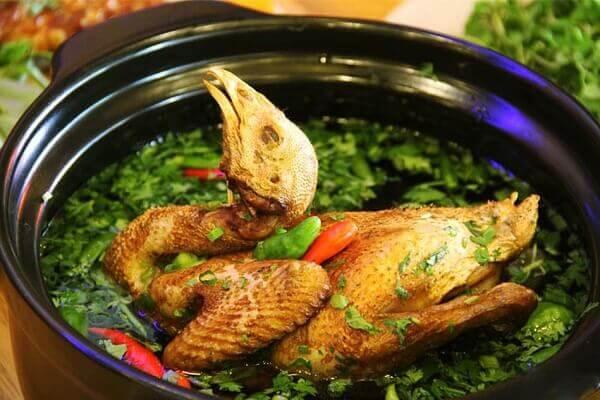 Khi ăn vớt thịt gà xé miếng vừa ăn, nhúng rau vào.