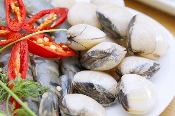 Tôm và ngao - cách nấu lẩu hải sản chua cay
