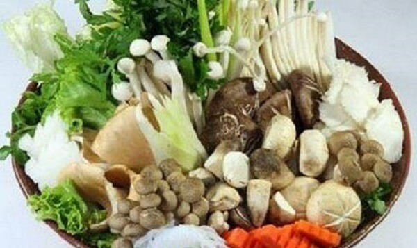 Rau và nấm ăn lẩu được rửa sạch, để ráo nước