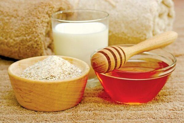 Mật ong, bột yến mạch và sữa chua.