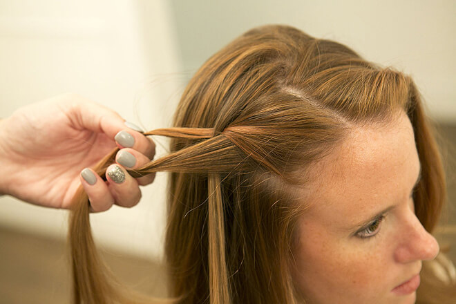 Giữ nguyên hai lọn tóc cũ trên tay phải.