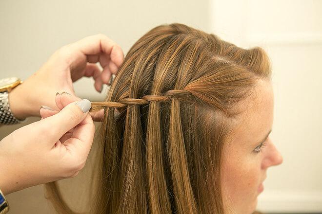 Bạn tiếp tục tết tóc như thế cho đến khoảng nửa đầu
