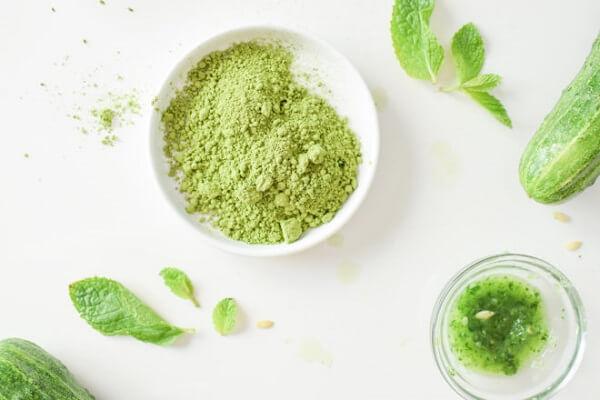 Thường xuyên dùng bột trà xanh sẽ làm dịu nhẹ tình trạng mụn ẩn