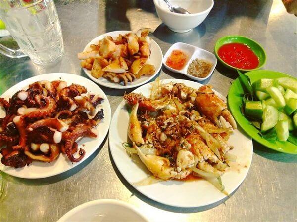 Bạn sẽ thưởng thức nhiều món ngon như bạch tuộc nướng, tôm nướng