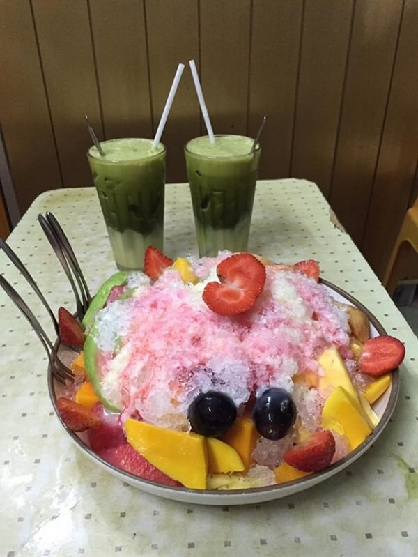 Các món rau má, nước ép, trái cây đũa, bánh flan, sinh tố rất ngon và hấp dẫn.