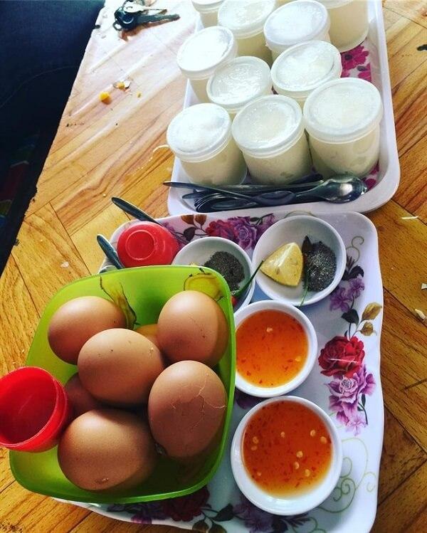 Hãy ghé quán cô Tiên để ăn thử món sữa chua và trứng luộc nhé