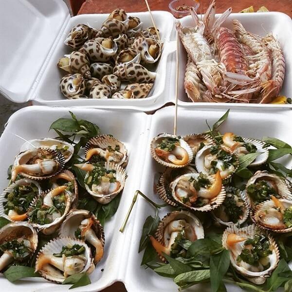 Chợ nổi tiếng với nhiều loại hải sản như cua, ghẹ, cá, mực, tôm, bạch tuột và đa dạng ốc