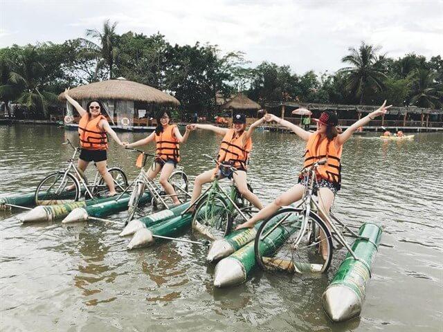 Đạp thuyền trên sông