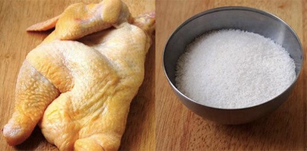 Cách làm gà hấp muối hột lá chanh rau răm đúng kiểu người Hoa