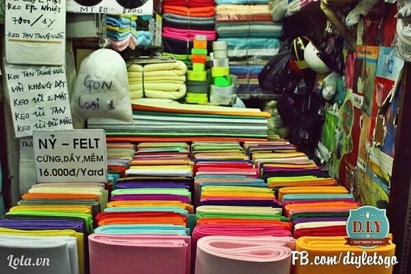 Những sạp vải đa dạng về chất liệu và màu sắc