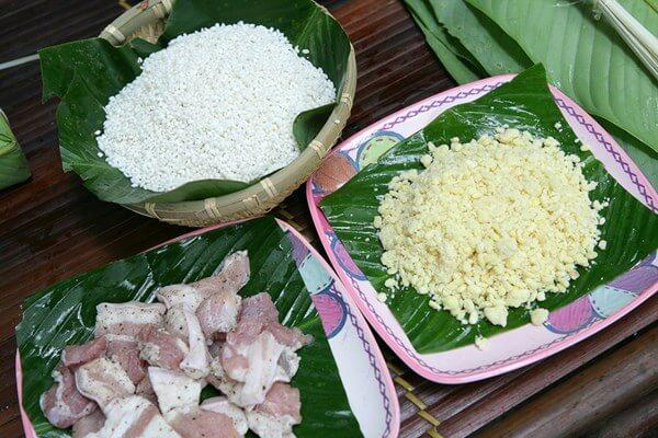 Chuẩn bị gạo đỗ thịt làm nhân bánh