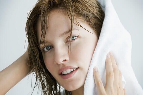 Để tóc khô tự nhiên - 8 cách khắc phục tóc bị bông xù, 5 cách làm thẳng tóc không cần máy duỗi, máy ép tại nhà