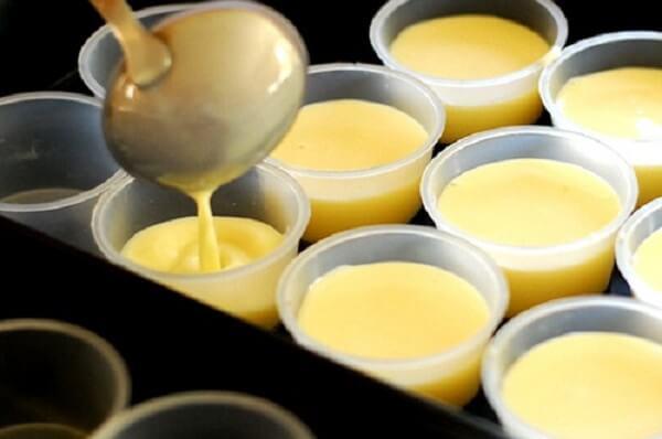 Đỗ hỗn hợp trứng + sữa vào khuôn