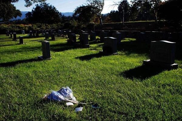Những bó hoa và lời nhắn đặt trên ngôi mộ không bia của Steve Jobs tại Khu Alta Mesa trong ngày giỗ thứ 3 của ông.