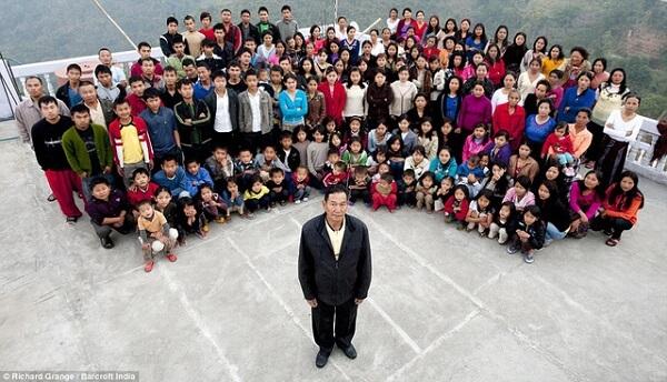 Đại gia đình Ziona với tổng 181 thành viên. Ảnh DailyMail