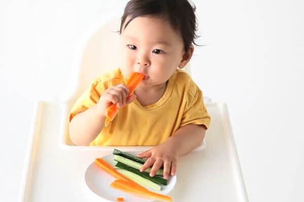 Phương pháp ăn dặm BLW giúp bé tận hưởng bữa ăn một cách chủ động