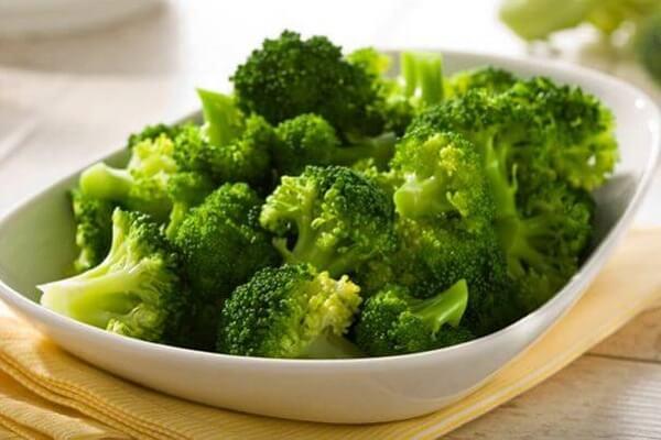 Bé sẽ hào hứng khám phá món bông cải xanh hấp.
