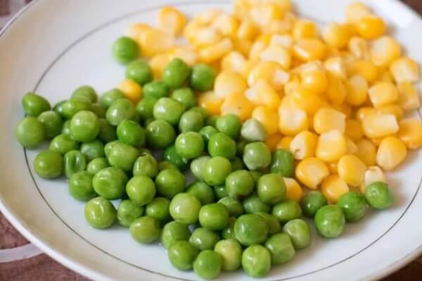 Một bữa ăn có đủ cà rốt, bông cải xanh hấp và ngô ngọt của bé ăn dặm BLW