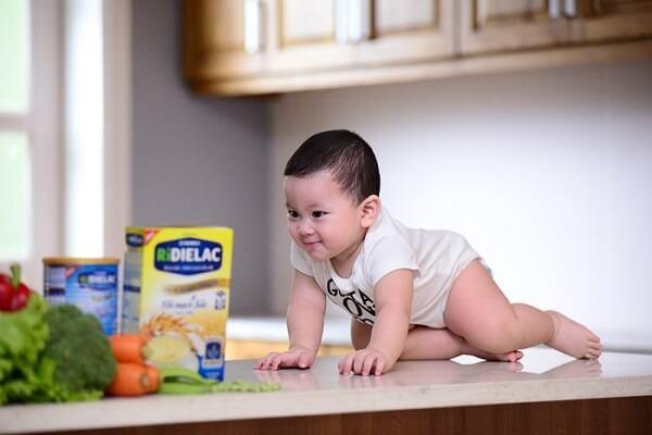 Dù cho bé ăn theo phương pháp nào mẹ cũng phải đảm bảo bé được cung cấp đầy đủ và cân đối các chất