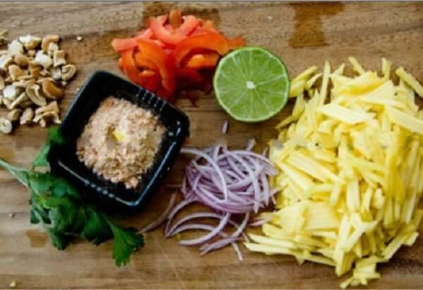 Cách làm gỏi xoài chua ngọt kiểu Thái