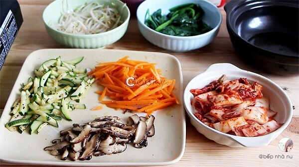 Cà rốt cạo sạch vỏ, bí ngòi rửa sạch không cần cắt vỏ