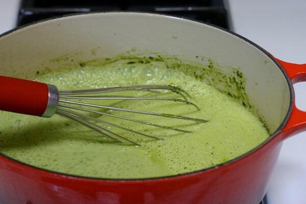 Lọc hỗn hợp bột trà xanh qua rây để loại phần lợn cợn – cach lam kem tra xanh