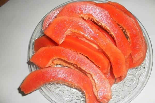 Gọt vỏ và bổ miếng đu đủ – Cách làm sinh tố đu đủ giảm cân ngon