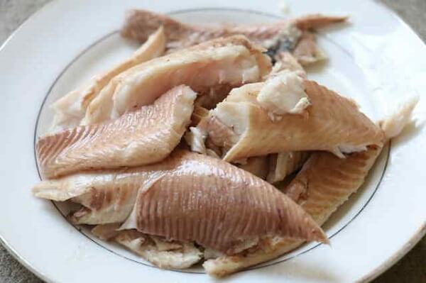Lọc thịt, gỡ xương cá – cách nấu cháo cá chép