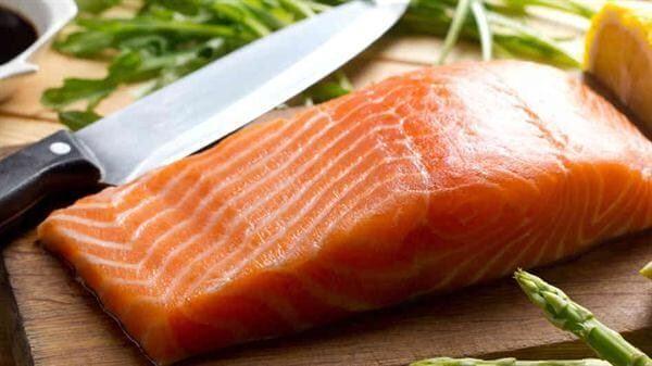 Chuẩn bị phần cá nấu cháo – cách nấu cháo cá hồi cho bé ăn dặm