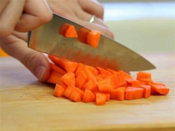Cà rốt đem thái hạt lựu nhỏ.
