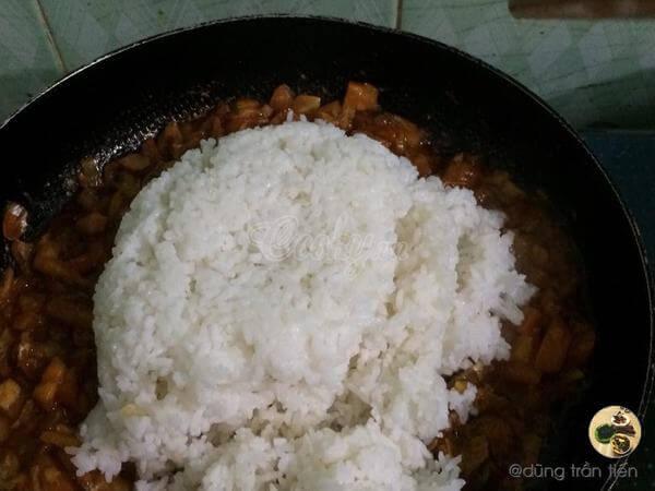 Cho cơm trắng trộn đều khoảng 3-5 phút nhé.