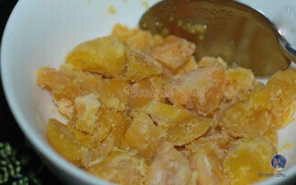 Hấp lòng đỏ trứng muối khoảng 10 phút