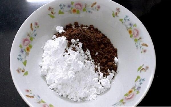 Trộn đều 100g bột năng và 20g bột gạo với nhau.
