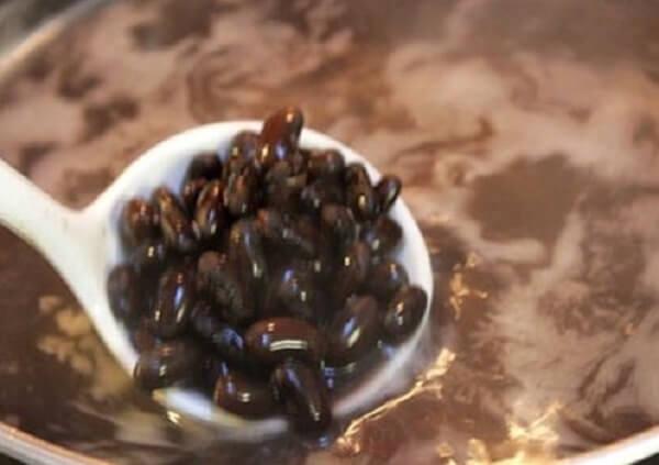 Cho đậu đen vào nồi đổ nước ngập mặt đỗ khoảng 2 – 3cm