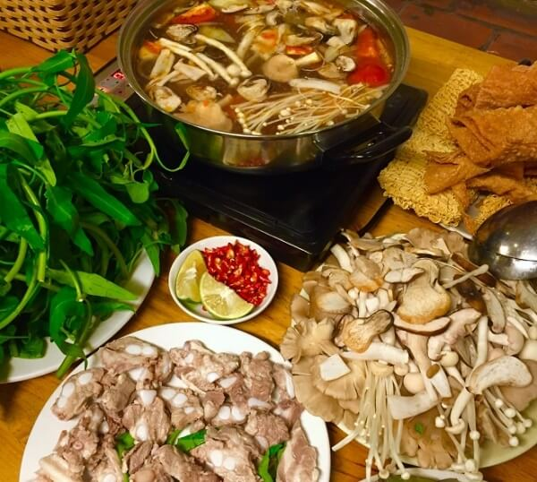 Nồi lẩu nấm hấp dẫn ăn cùng rau, bún, hải sản hay thịt đều được. Ảnh: Internet