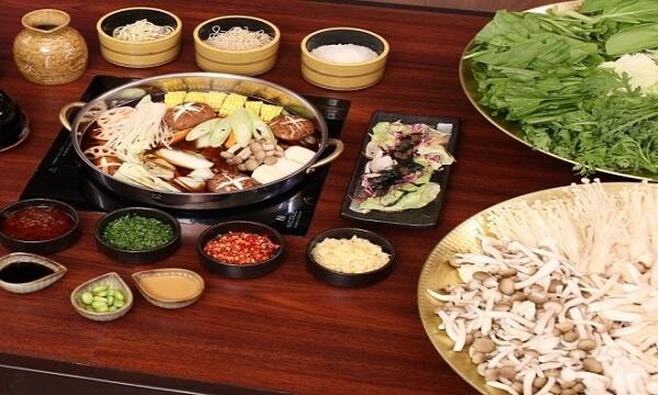 Lẩu nấm ngoài nấm là nguyên liệu chính thì có thể thay thế rau tùy thuộc sở thích - Cách nấu lẩu nấm chay, lẩu nấm nấu gà, lẩu nấm hải sản thập cẩm chua cay ngon nhất, dễ làm nhất