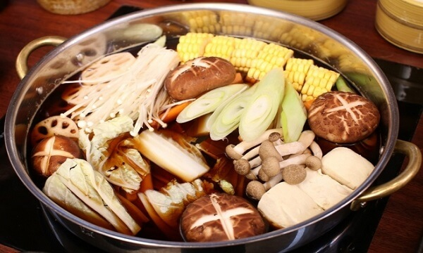 Lẩu nấm nóng hổi chứa nhiều chất dinh dưỡng - 4 cách nấu lẩu nấm chay, lẩu nấm nấu gà, lẩu nấm hải sản thập cẩm chua cay ngon nhất, dễ làm nhất