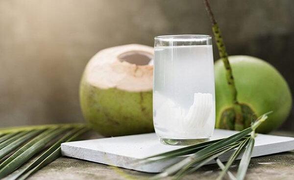 Nước dừa cung cấp rất nhiều vitamin giúp thai nhi phát triển - Ảnh Internet