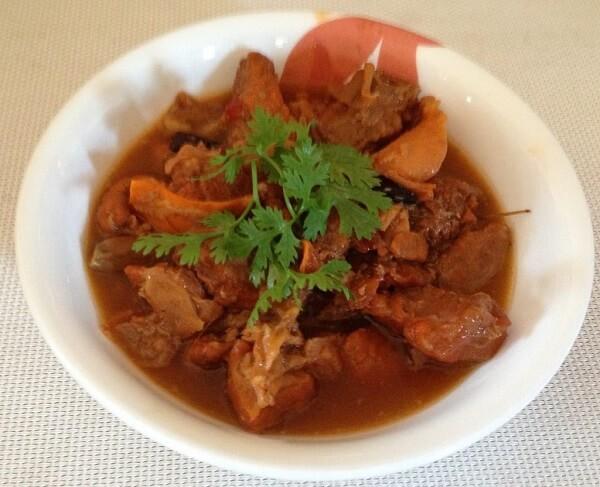 Cách nấu món thịt bò sốt vang với gấc, rượu vang đỏ theo đúng kiểu Pháp