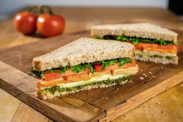 Bánh mì sandwich kẹp trứng xúc xích