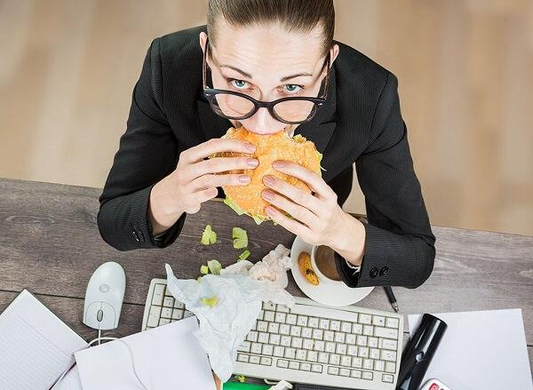 Không mua đồ ăn khi bụng quá đói