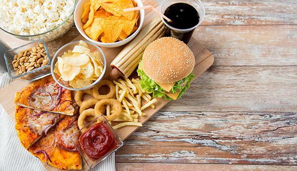 Những món ăn vặt có thể nhỏ tuy nhiên nó lại mang theo lượng Calo không cần thiết rất lớn (Ảnh: eminenceorganics.com)