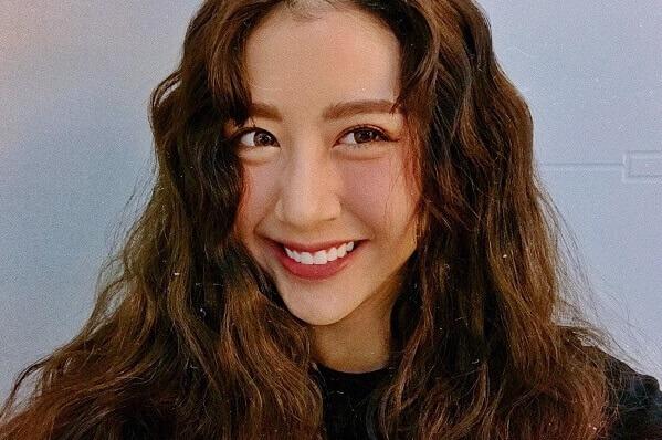 Kiểu tóc dài xoăn navy cho khuôn mặt vuông chữ điền